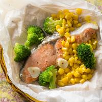 紅鮭と野菜のガーリックバター紙包み蒸し